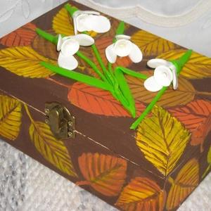 Hóvirágok az avarban. Ékszerdoboz, Lakberendezés, Otthon & lakás, Tárolóeszköz, Doboz, Festett tárgyak, Gyurma, 16 x 11 x 7 cm-es fa dobozkát ékszeres doboznak készítettem el. A doboz fedőlapját és az oldalait av..., Meska