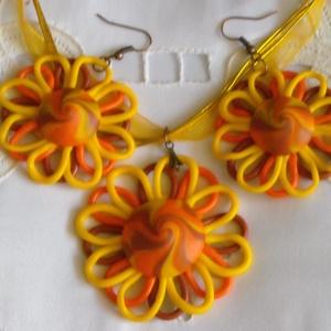 Napraforgó ékszer szett, Ékszer, Ékszerszett, Gyurma, A szett egy kerek, napraforgó medálból, és két fülbevalóból áll.\nA medál közepén narancs, sárga, és ..., Meska