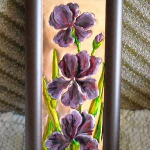 Lila íriszek. Rézdombormű, Otthon & Lakás, Dekoráció, Kép & Falikép, Fémmegmunkálás, Festett tárgyak, 29 x 14 cm-es képkeretbe lila íriszeket mintáztam meg. A képen, három, lila írisz díszlik. A rézleme..., Meska