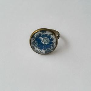 Kék virágos gyűrű, Ékszer, Gyűrű, Ékszerkészítés, Természet kedvelőinek ajánlom.\nFelhasznált alapanyagok: fém gyűrű alap, üveglencse, papír kép, ragas..., Meska