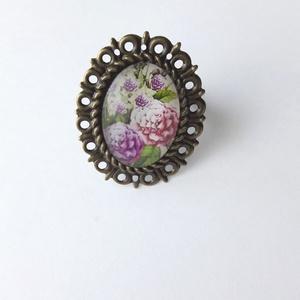 Virágos gyűrű, Ékszer, Gyűrű, Ékszerkészítés, Felhasznált alapanyagok: fém gyűrű alap, üveglencse, papír kép, ragasztó.\nGyűrű felső részének átmér..., Meska