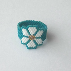 Virág gyűrű, Ékszer, Gyűrű, Gyöngyös gyűrű, Ékszerkészítés, Gyöngyfűzés, gyöngyhímzés, Vidám, tavaszias hangulatú gyűrű.\nFelhasznált alapanyagok: delica, damil.\nGyűrű átmérője: 2 cm..., Meska
