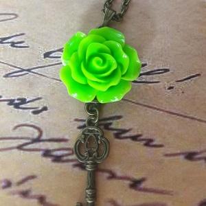 Zöld rózsás kulcs nyaklánc, Hosszú nyaklánc, Nyaklánc, Ékszer, Ékszerkészítés, 20 mm antik bronz alapban zöld rózsa 4cm kulccsal díszítve.  Az ár a medálra vonatkozik akasztóval. ..., Meska