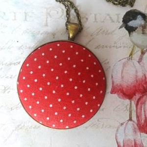 Pin up nyaklánc, Medálos nyaklánc, Nyaklánc, Ékszer, Ékszerkészítés, 40 mm piros alapon fehér pöttyös textilgomb antik bronz alapban. Az ár a medálra vonatkozik. Az alap..., Meska
