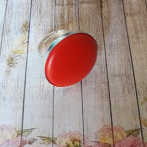 Piros és ezüst bőrgomb gyűrű, Ékszer, Gyűrű, Ékszerkészítés, Ezüst színű állítható gyűrűalap 25 mm textilbőr gombbal., Meska