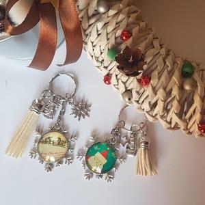 Karácsonyi kulcstartó, Egyéb, Táska, Divat & Szépség, Kulcstartó, táskadísz, Ékszerkészítés, 30 mm karácsonyi üveglencsés medál kulcstartón bojttal és charmokkal díszítve. Télapós vagy télapó s..., Meska