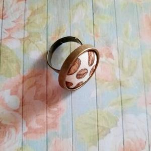 Pici kávé- textilgombos gyűrű, Statement gyűrű, Gyűrű, Ékszer, Ékszerkészítés, 20 mm textilgombos antik bronz állítható méretű nikkelmentes gyűrű., Meska