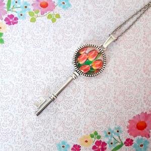 Tulipános kulcs medál , Ékszer, Nyaklánc, Medálos nyaklánc, Ékszerkészítés, Kb. 8cm hosszú kulcs medál 20 mm üveglencsével. Az ár a medálra vonatkozik akasztóval, tetszés szeti..., Meska