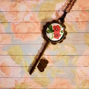 Virágos kulcs nyaklánc, Ékszer, Nyaklánc, Medálos nyaklánc, Ékszerkészítés, Antik bronz 72x28 méretű kulcs medál 20 mm virágos textilgombbal. Az ár a medálra vonatkozik akasztó..., Meska