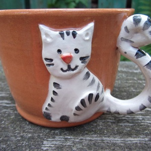 Cicafigurás bögre, macskás csésze, cappucinos csésze, Konyhafelszerelés, Otthon & lakás, Bögre, csésze, Kerámia, Korongolt cappuccino-s csészike, kézzel formázott macskafigurás rátéttel. A bögre füle maga a kacska..., Meska