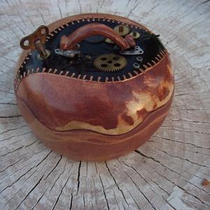 Steampunk kincses doboz, ékszeres doboz, Ékszerdoboz, Ékszertartó, Ékszer, Kerámia, Teljes mértékben, minden részletében szabadkézi munkával kidolgozott dobozka steampunk stílusban.\n\nA..., Meska
