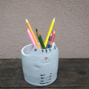Cica ceruzatartó, Gyerek & játék, Gyerekszoba, Tárolóeszköz - gyerekszobába, Lakberendezés, Otthon & lakás, Kerámia, Cuki cica formára vágott, korongolt ceruzatartó.\nRánézel a pofijára, és szinte hallod, hogy dorombol..., Meska