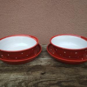 Piros pöttyös tányér szett, étkészlet 2 személyre, Konyhafelszerelés, Otthon & lakás, Kerámia, Öblösebb formájú korongolt tányér szett, formájából adódóan a mélytányér gulyásos-leveses, a lapostá..., Meska
