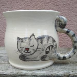 Festett cicás bögre, macskás bögre, fehér változatban, Otthon & lakás, Konyhafelszerelés, Bögre, csésze, Kerámia, ÚJ! Fehér változatban a cicás bögrém. :)\nKorongolt pocakos bögre kézzel festett macskafigurával. A b..., Meska