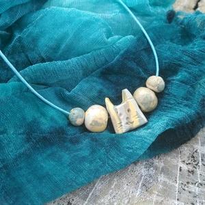 Cicás nyaklánc, Ékszer, Medálos nyaklánc, Nyaklánc, Kézzel formázott, nerikomi technikával készült gyöngyökből és cicamicákból összeállított nyaklánc. (..., Meska