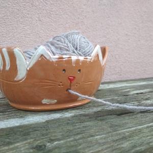 Fonaltartó vöröses cica, fonalvezető tálka, fonalgombolyító cica , Otthon & lakás, Dekoráció, Lakberendezés, Egyéb, Tárolóeszköz, Furcsaságok, Kerámia, Mázas kerámia tálka, mint segédeszköz kötéshez: a cica szájánál kialakított lyukon kivezetve a fonal..., Meska