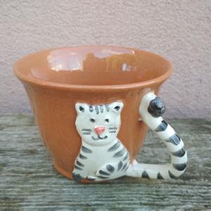 Cicafigurás bögre, macskás csésze, cappucinos csésze, Otthon & Lakás, Bögre & Csésze, Konyhafelszerelés, Korongolt cappuccino-s csészike, kézzel formázott macskafigurás rátéttel. A bögre füle maga a kacska..., Meska