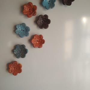 Virág hűtőmágnes szett, Otthon & lakás, Dekoráció, Lakberendezés, Kerámia, Virág formájú hűtőmágnes szett, különböző színekben. Lapnyújtásos technikával készítettem, majd csi..., Meska