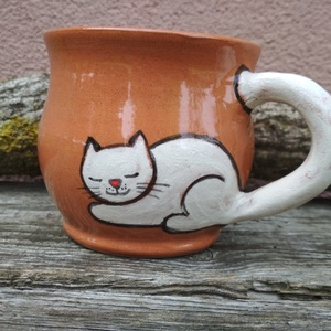 Festett cicafigurás bögre, macskás bögre, cicás bögre, Otthon & lakás, Konyhafelszerelés, Bögre, csésze, Kerámia, Korongolt pocakos bögre kézzel festett macskafigurával. A bögre füle maga a kacskaringós cicafarok.\n..., Meska