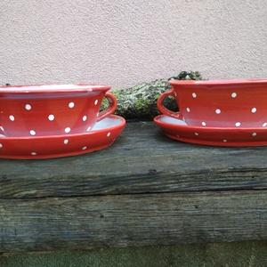 Piros pöttyös tányér szett, leveses tálkák 2 személyre, Tányér & Étkészlet, Konyhafelszerelés, Otthon & Lakás, Kerámia, Öblösebb formájú korongolt tányér szett, kétoldalt füllel.\nA szett tartalma gulyásos és lapos tányér..., Meska