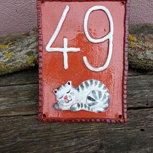 Cicás házszámtábla ÁLLÓ elrendezéssel, egyedi igények szerint, Otthon & Lakás, Ház & Kert, Házszám, Samottos, fagyálló agyagból szabadkézi munkával készített házszámtábla kb. 15x20 cm-es méretben. Máz..., Meska
