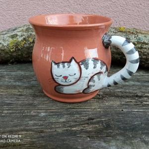 Festett cicafigurás bögre, macskás bögre, cicás bögre, Otthon & Lakás, Konyhafelszerelés, Bögre & Csésze, Kerámia, Korongolt pocakos bögre kézzel festett macskafigurával. A bögre füle maga a kacskaringós cicafarok.\n..., Meska
