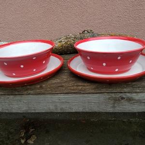Piros pöttyös tányér szett, étkészlet 2 személyre, Otthon & Lakás, Konyhafelszerelés, Tányér & Étkészlet, Öblösebb formájú korongolt tányér szett, gulyásos tányér hozzá illő lapostányérral. Belül fényes feh..., Meska