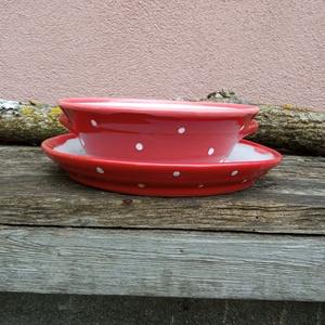 Piros pöttyös tányér szett, étkészlet 1 személyre, Otthon & Lakás, Konyhafelszerelés, Tányér & Étkészlet, Öblösebb formájú korongolt tányér szett, gulyásos mélytányér hozzá illő lapostányérral. Belül fényes..., Meska