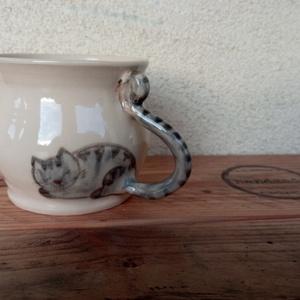 Festett cicás bögre, macskás bögre, fehér változatban, Otthon & Lakás, Konyhafelszerelés, Bögre & Csésze, ÚJ! Fehér változatban a cicás bögrém. :) Korongolt pocakos bögre kézzel festett macskafigurával. A b..., Meska