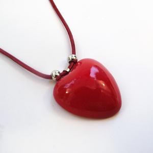 Csábító piros - nyaklánc piros szív alakú medállal , Ékszer, Esküvő, Esküvői ékszer, Nyaklánc, Kerámia, Ékszerkészítés, Gyönyörű fényes, piros mázas, kézzel formázott szív alakú kerámia medál, orvosi fém medáltartóval és..., Meska