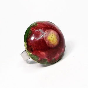 """Zöld mező bordó virága kerámia gyűrű, Ékszer, Gyűrű, Táska, Divat & Szépség, Kerámia, Ékszerkészítés, Fehér agyagból, kézzel formázott gyűrű különlegessége az ecsettel festett \""""bordó virág a zöld mezőn\""""..., Meska"""
