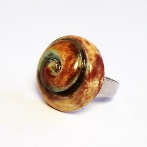 Zöldes-barnás spirál mintás kerámia gyűrű, Ékszer, Gyűrű, Táska, Divat & Szépség, Ékszerkészítés, Kerámia, A gyűrű kerámiadísze vörös agyagból, kézi formázással készült. A fényes zöldes-barnás árnyalatú máz ..., Meska