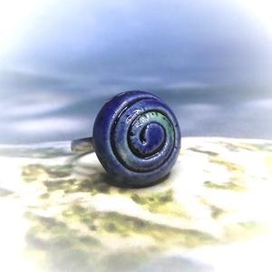Spirál mintás kék-zöld mázas kerámia gyűrű, Ékszer, Gyűrű, Kerek gyűrű, Fehér agyagból, kézzel formázott spirálmintás / csigavonalas gyűrű utánozhatatlan különlegessége a k..., Meska