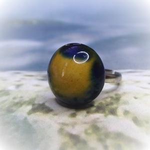 FÚZIÓ - Kék - sárga mázas kerámia gyűrű , Ékszer, Gyűrű, Kerek gyűrű, Kerámia, Ékszerkészítés, Saját kezűleg készített kerámia gyűrű, különleges, nem mindennapi mintázattal.\nA kék és sárga mázak ..., Meska