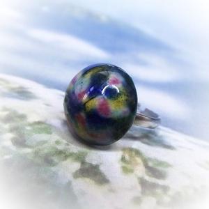 Színkavalkád - kerámia gyűrű, Ékszer, Gyűrű, Kerek gyűrű, Kerámia, Ékszerkészítés, Szokatlan mintázatú gyűrű kerámiadíszét saját kezűleg készítettem. Véletlenszerűen sárga, kék, zöld ..., Meska