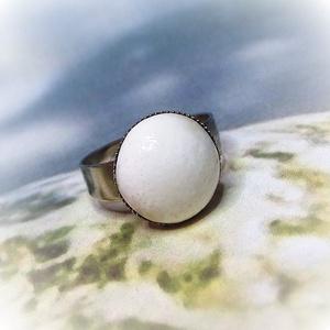 Selyemfényű, törtfehér, csipkés kerámia gyűrű, Ékszer, Gyűrű, Ékszerkészítés, Kerámia, Selymes fényű, kellemesen dorozmás tört-fehér színű mázzal fedtem a gyűrű kerámia díszét, melyet csi..., Meska
