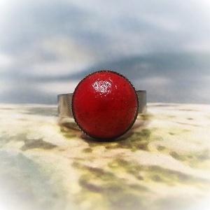 Rusztikus piros kerámia gyűrű, Ékszer, Gyűrű, Ékszerkészítés, Kerámia, Rusztikus felületű piros mázas kerámia gyűrű. A kerámiadísz mérete: 1,2 cm\nEzüst színű, csipkézett, ..., Meska