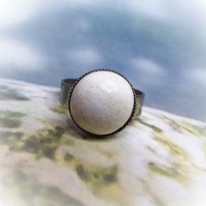 Fehér csipkés kerámia gyűrű, Ékszer, Gyűrű, Ékszerkészítés, Kerámia, Kissé rusztikus felületű, tört-fehér színű mázas kerámia gyűrű. A saját kezűleg készített kerámiadís..., Meska