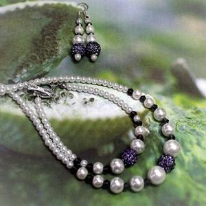 Lila kristálygömbös szett - Tekla gyöngysor, karkötő és fülbevaló, Ékszer, Ékszerszett, Gyöngyházfényű fehér teklagyöngyök, lila csiszolt kristálygyöngyök sora és lila színű ragyogó shamba..., Meska