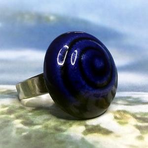 Spirál mintás kék mázas kerámia gyűrű, Ékszer, Gyűrű, Táska, Divat & Szépség, Kerámia, Ékszerkészítés, Fehér agyagból, kézzel formázott gyűrű utánozhatatlan különlegessége a spirális / csigavonalas minta..., Meska