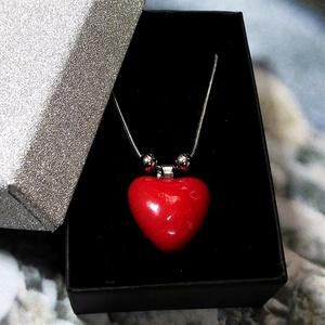 Csábító piros - nemesacél nyaklánc szív alakú kerámia medállal elegáns díszdobozban, Ékszer, Nyaklánc, Medálos nyaklánc, Kerámia, Ékszerkészítés, Meska
