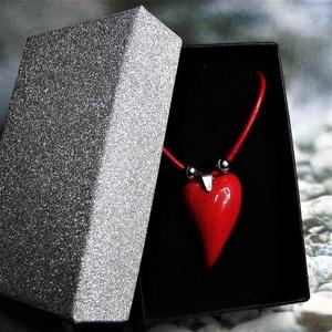 Csábító piros - nyaklánc szív alakú medállal elegáns díszdobozban, Ékszer, Nyaklánc, Medálos nyaklánc, Gyönyörű fényes, piros mázas, kézzel formázott íves szív alakú kerámia medál, orvosi fém medáltartóv..., Meska