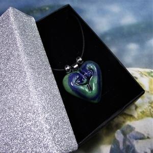 Nyaklánc szív alakú kék-zöld kerámia medállal elegáns díszdobozban Ajándék Névnap Születésnap, Ékszer, Medálos nyaklánc, Nyaklánc, Szép fényes mázas, kézzel formázott szív alakú, kék-zöld festésű kerámia medál, orvosi fém medáltart..., Meska