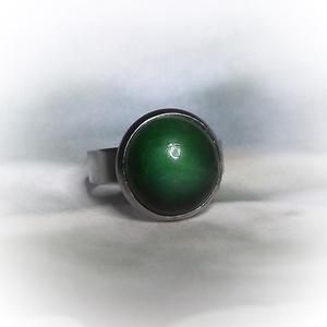 Zöld kerámiadíszes nemesacél gyűrű 1,2 - Ajándék lányoknak nőknek névnapra születésnapra, Ékszer, Szoliter gyűrű, Gyűrű, Különleges, fényes zöld árnyalatú kerámiagyűrű állítható méretű nemesacél gyűrűalappal.  A saját kez..., Meska