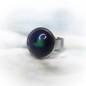 Kék-zöld kerámiadíszes nemesacél gyűrű 1,2 - Ajándék lányoknak nőknek névnapra születésnapra, Ékszer, Szoliter gyűrű, Gyűrű, Különleges, fényes kék és zöld mázas kerámiagyűrű állítható méretű nemesacél gyűrűalappal.  A saját ..., Meska