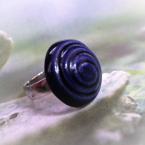 Spirál mintás kék mázas kerámia gyűrű, Ékszer, Gyűrű, Szoliter gyűrű, Fehér agyagból, kézzel formázott gyűrű utánozhatatlan különlegessége a spirális / csigavonalas minta..., Meska