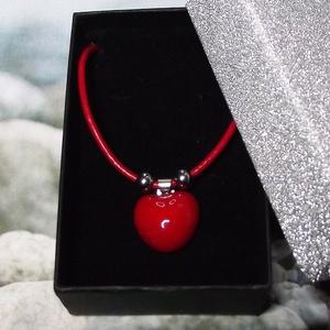 Csábító piros - nyaklánc szív alakú medállal elegáns díszdobozban, Ékszer, Nyaklánc, Medálos nyaklánc, Gyönyörű fényes, piros mázas, kézzel formázott szív alakú kerámia medál, orvosi fém medáltartóval és..., Meska