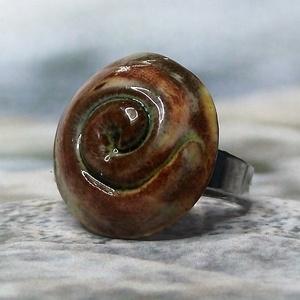 Sárgás-barnás-zöldes spirálmintás gyűrű - Meska.hu