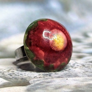 """Zöld mező bordó virága kerámia gyűrű, Ékszer, Gyűrű, Szoliter gyűrű, Fehér agyagból, kézzel formázott gyűrű különlegessége az ecsettel felvitt színes kerámiamáz """"bordó v..., Meska"""