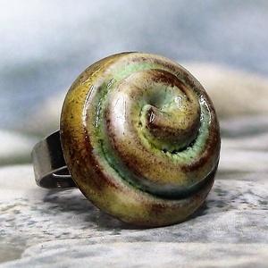 Sárgás-barnás-zöldes spirálmintás gyűrű, Ékszer, Gyűrű, Szoliter gyűrű, Különleges sárgás, barnás, zöldes, néhol fehér árnyalatú fénylő máz és spirálminta teszi igazán egye..., Meska